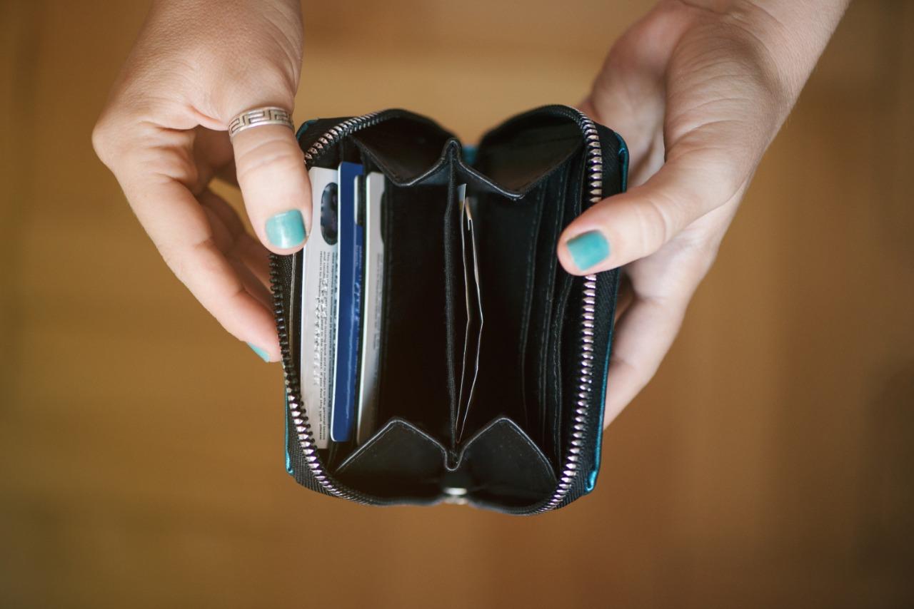 Mulher abrindo a carteira