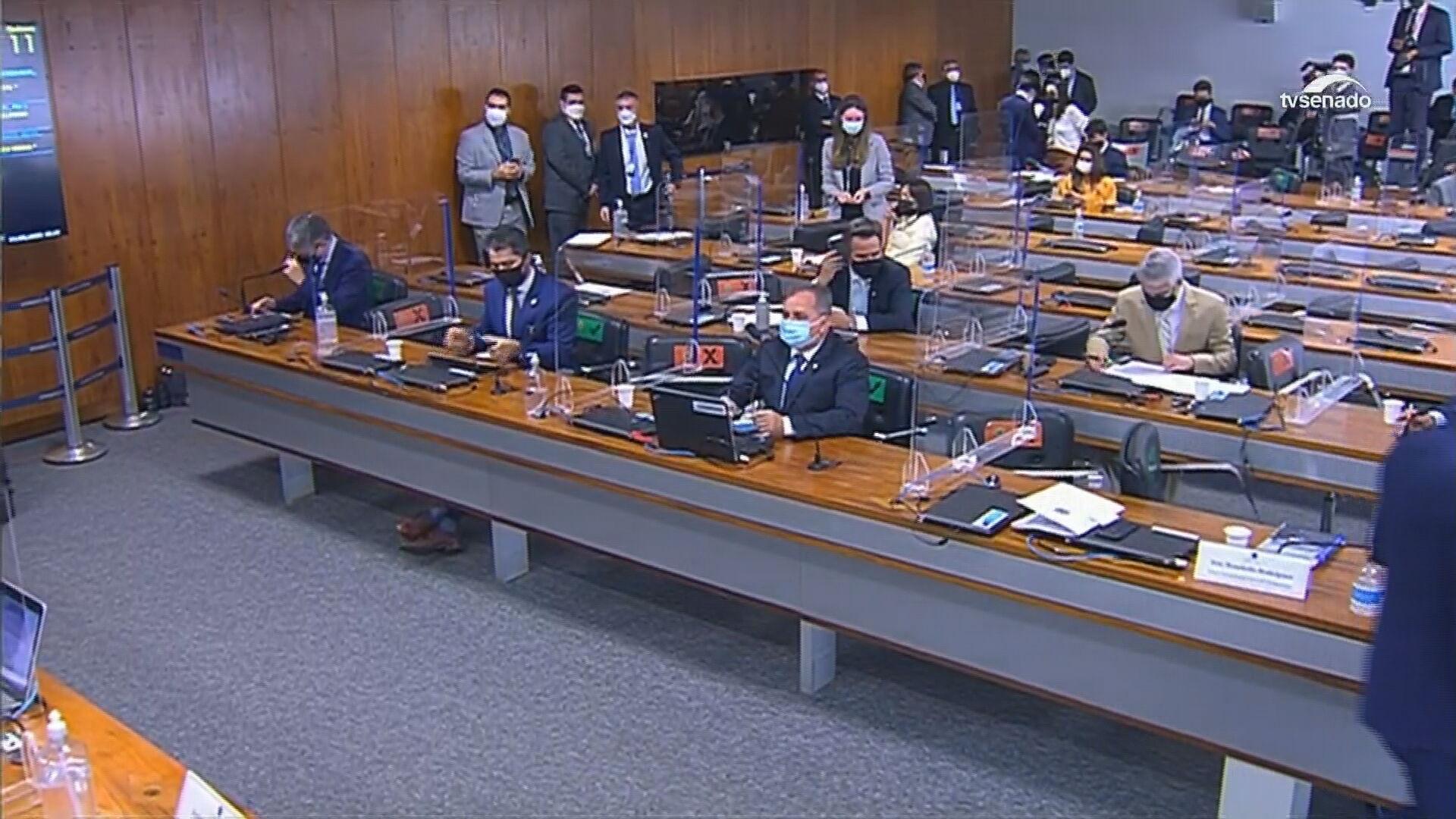 Senadores durante sessão da CPI da Pandemia nesta terça-feira (11)