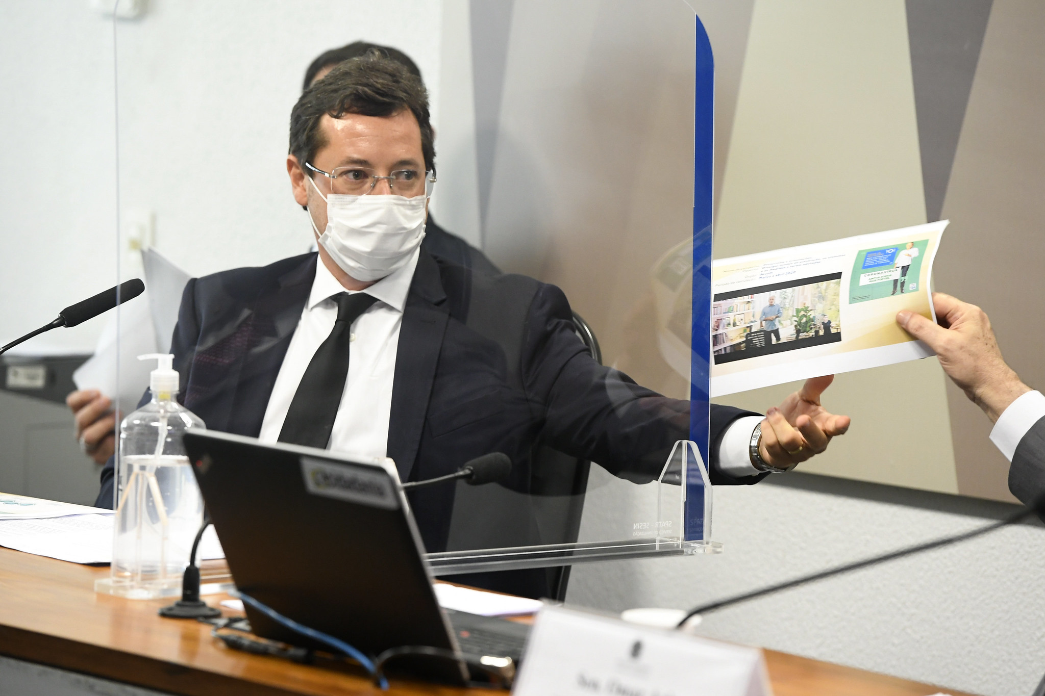 Ex-secretário Fabio Wajngarten entrega documento à CPI da Pandemia