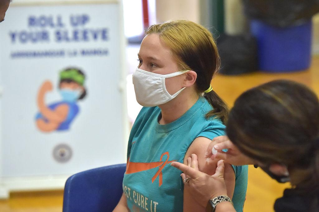Adolescente é vacinada com imunizante da Pfizer