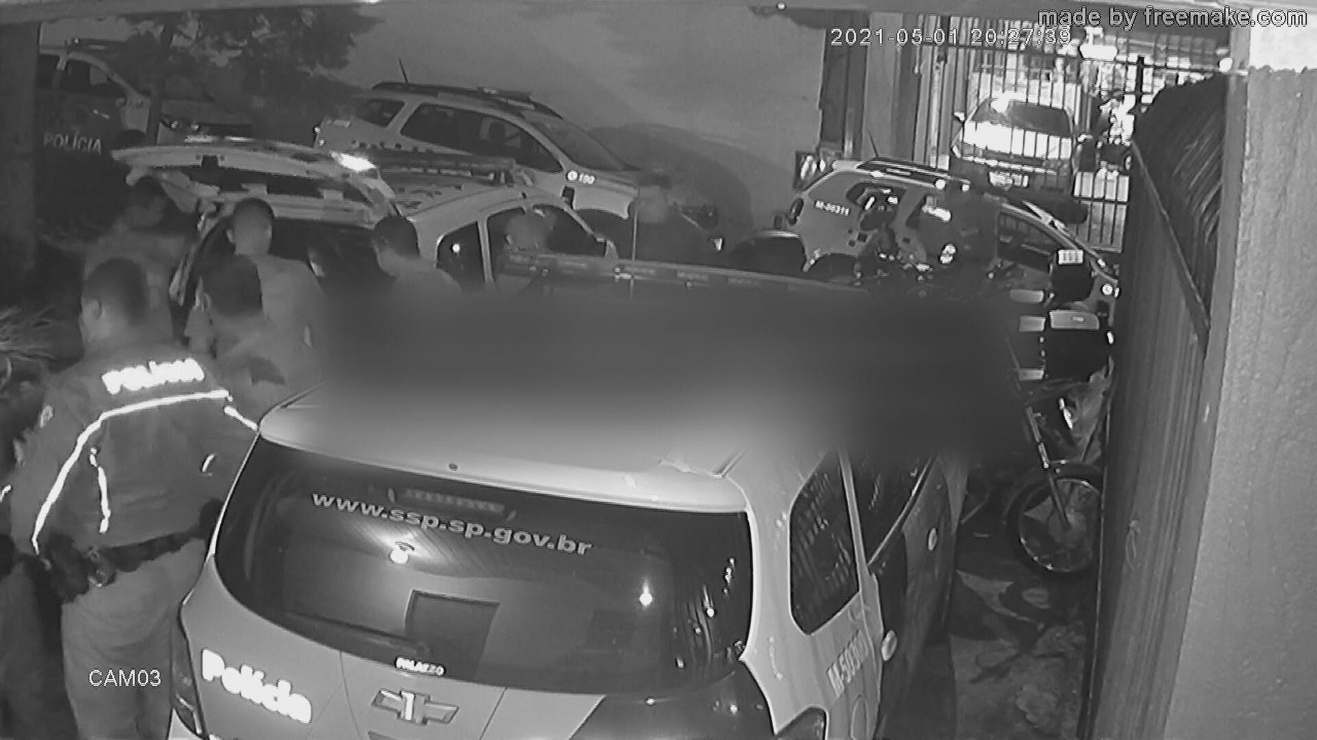 Policiais militares foram flagrados agredindo um vendedor ambulante em São Paulo