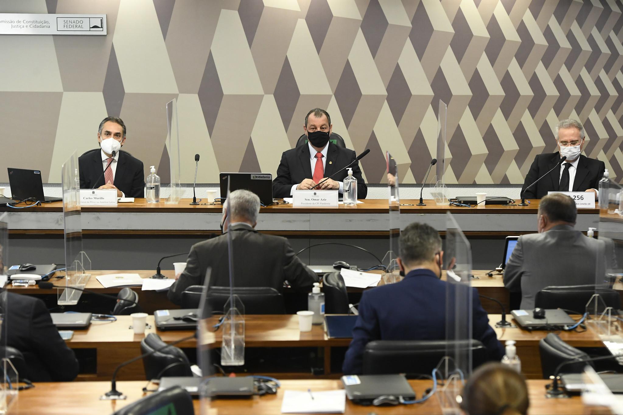 Presidente da Pfizer na América Latina, Carlos Murillo (E), é ouvido na CPI