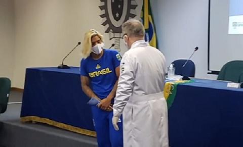 A atleta  Ana Marcela Cunha, da maratona aquática, ao lado de Queiroga