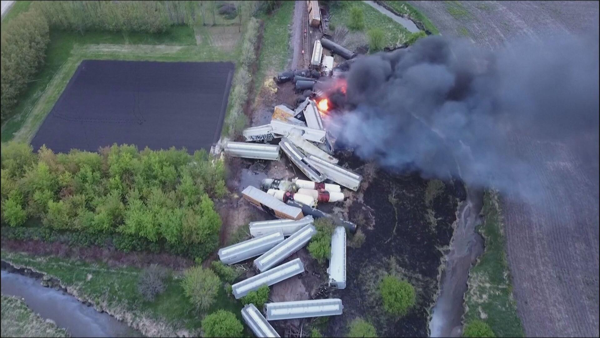 Trem de carga descarrila e pega fogo nos Estados Unidos