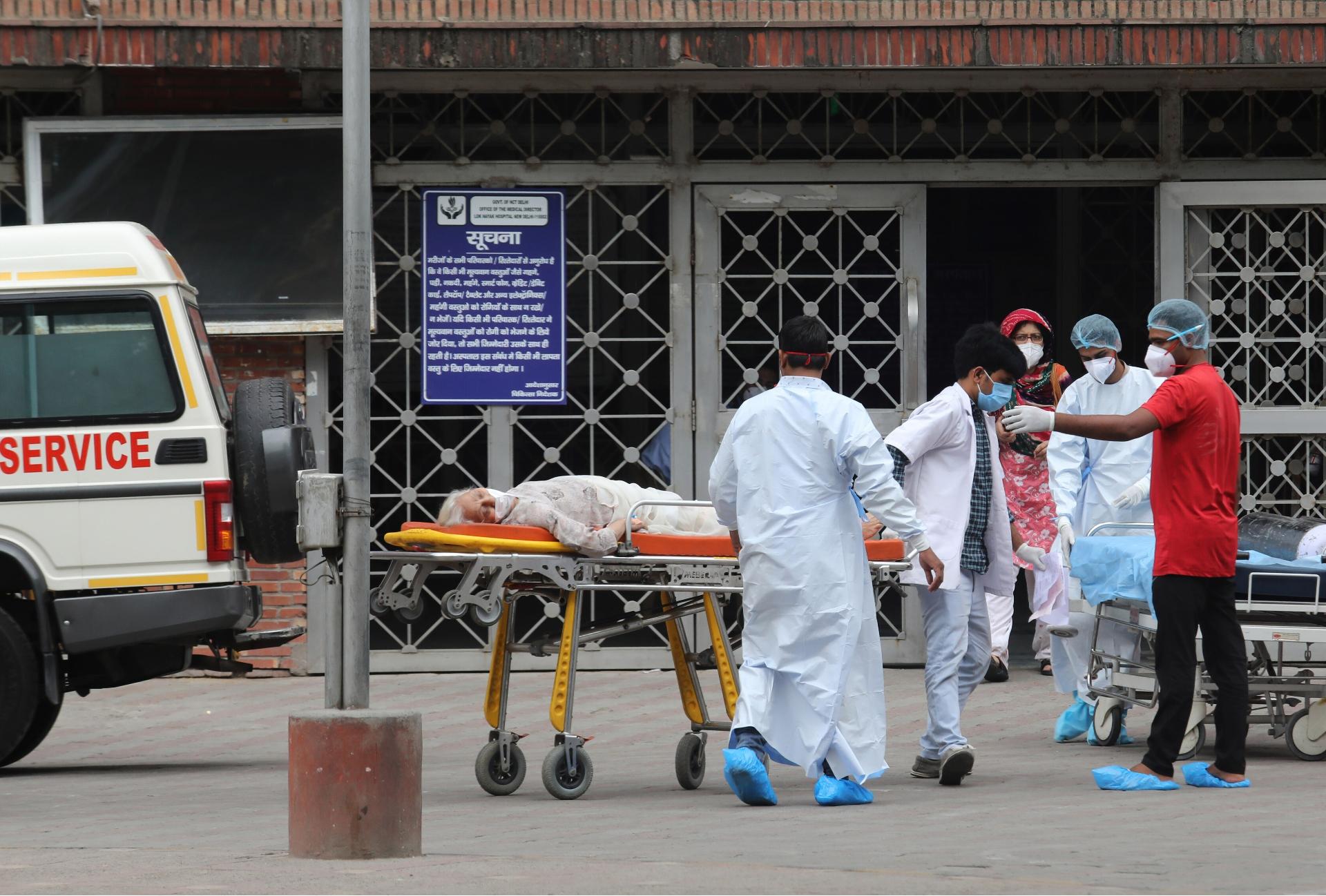 Paciente com Covid-19 é transportada para hospital na Índia