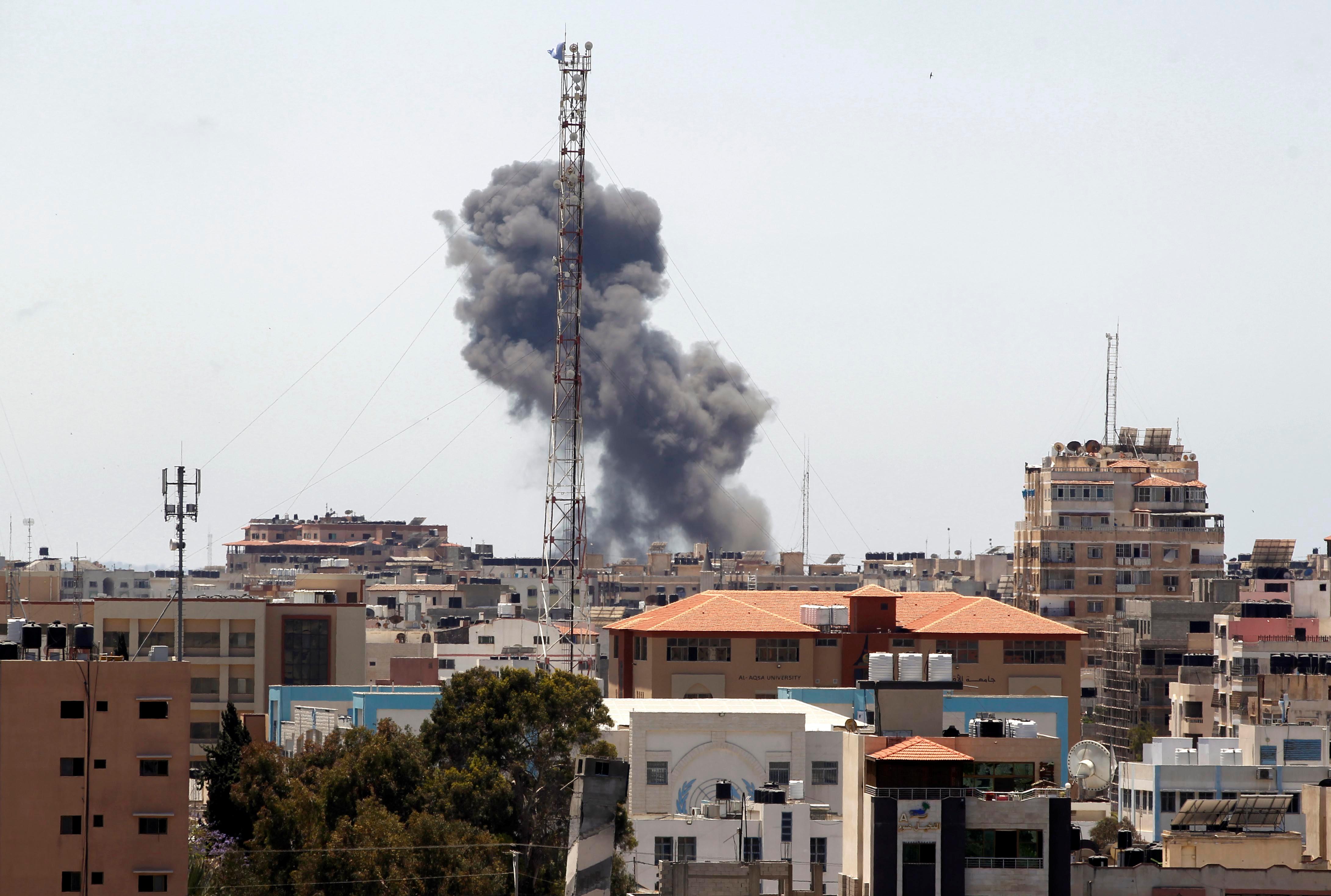 Fumaça em prédio de Gaza após ataque aéreo de Israel
