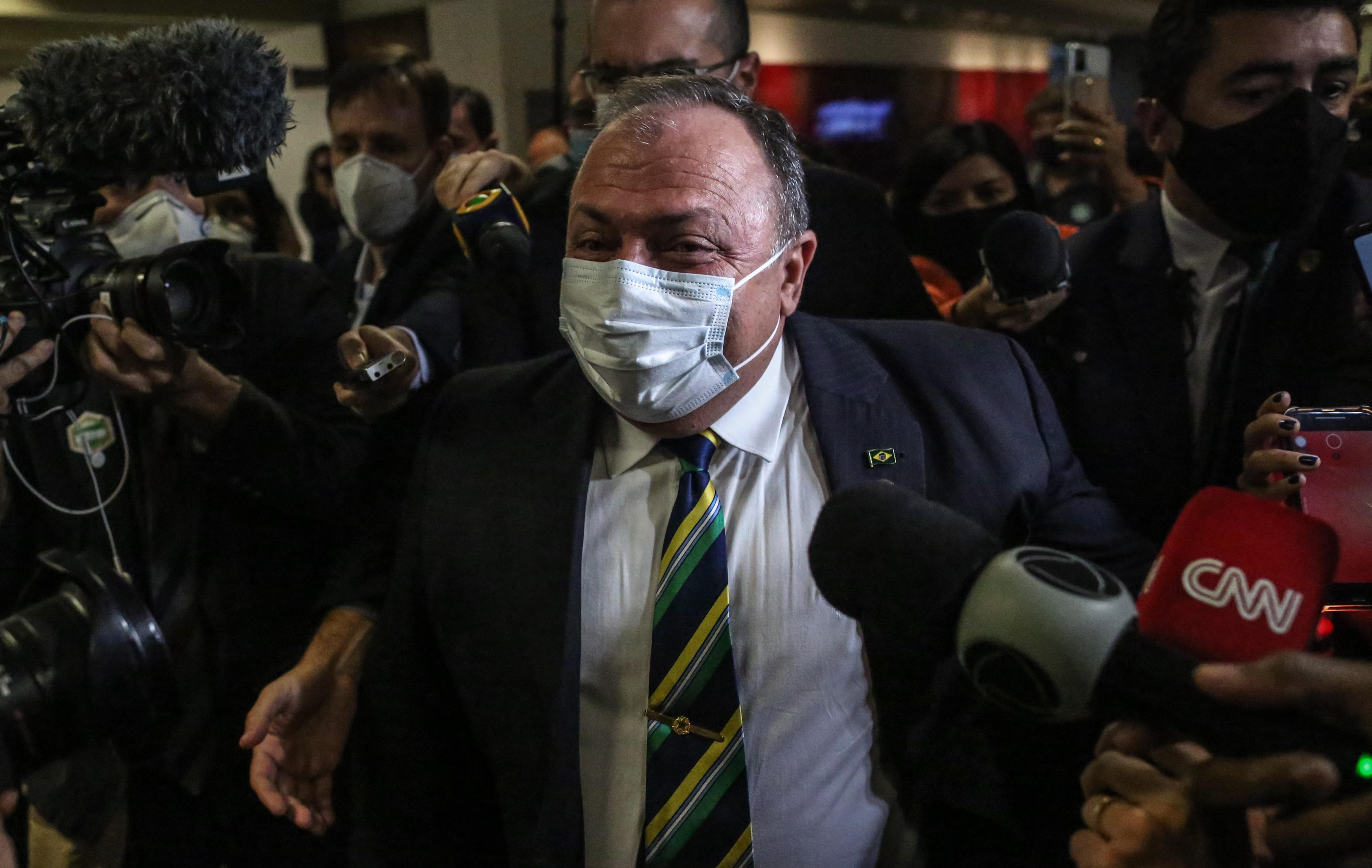 O ex-ministro da Saúde Eduardo Pazuello deixa o Senado após prestar depoimento