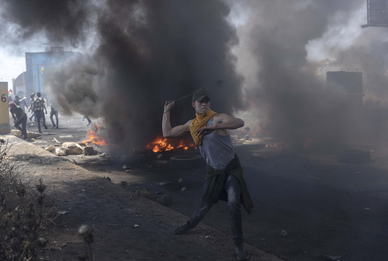 Palestino tenta impedir avanço do Exército israelense com um estilingue