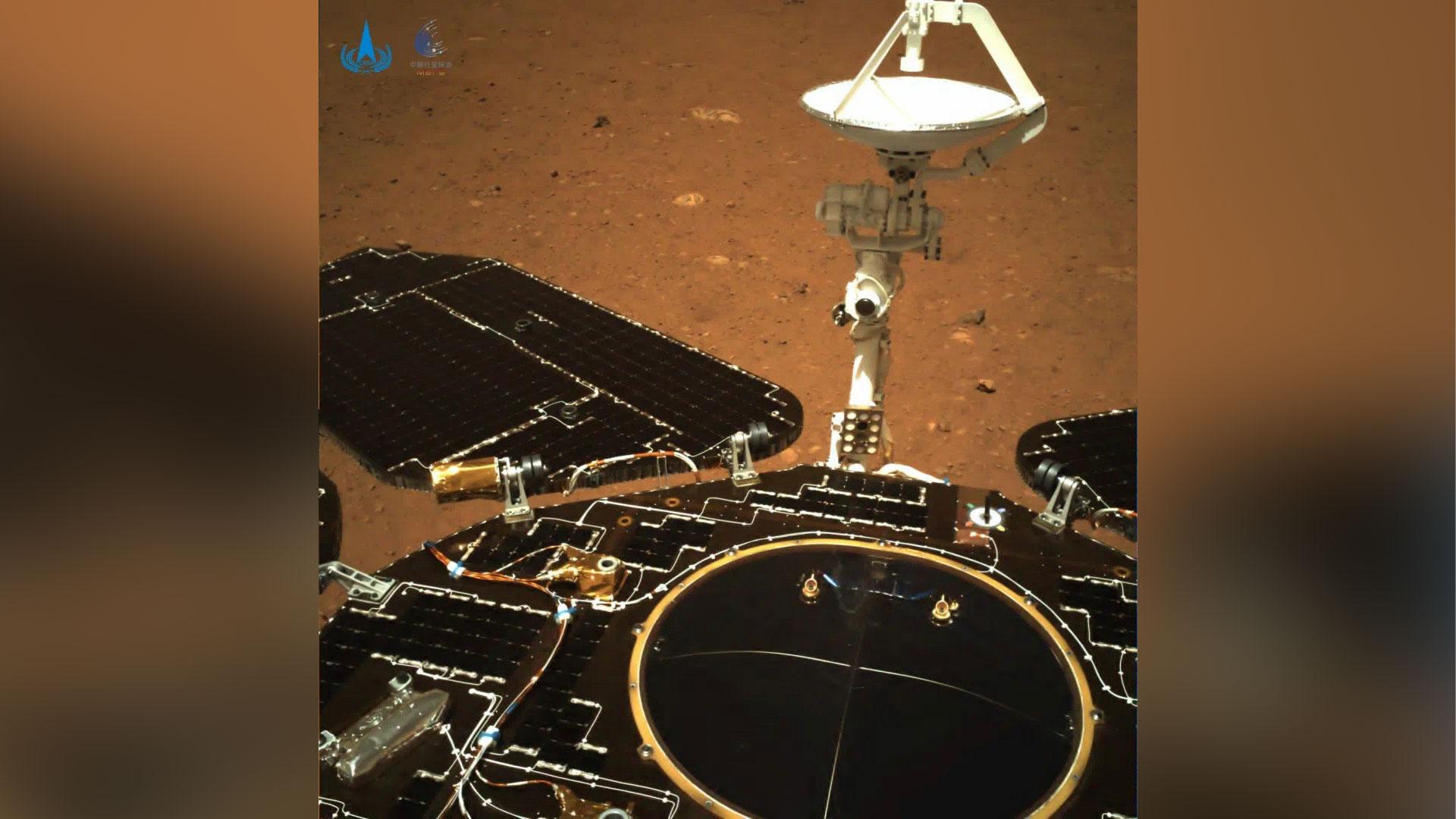 Imagem colorida mostra painel solar e a antena do rover chinês em Marte