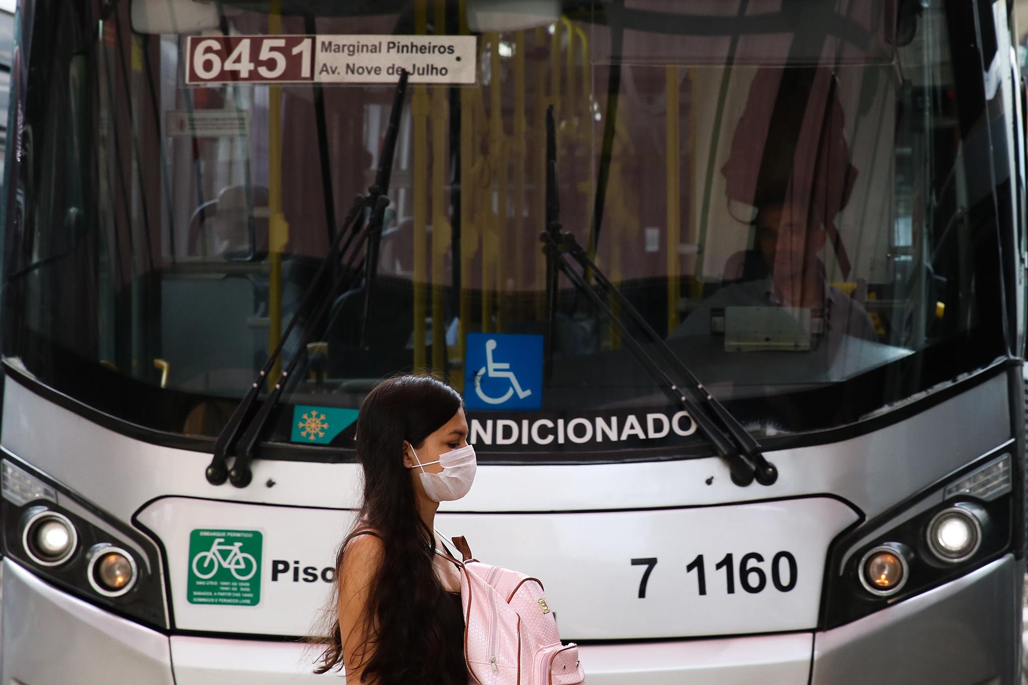 Passageira no terminal Bandeira, em São Paulo, adere ao uso de máscara.