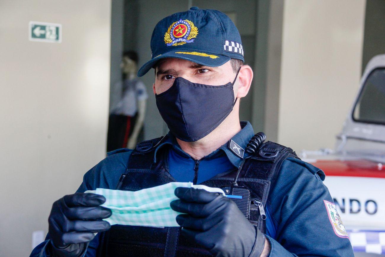 Policial utiliza e distribui máscaras de proteção no Pará