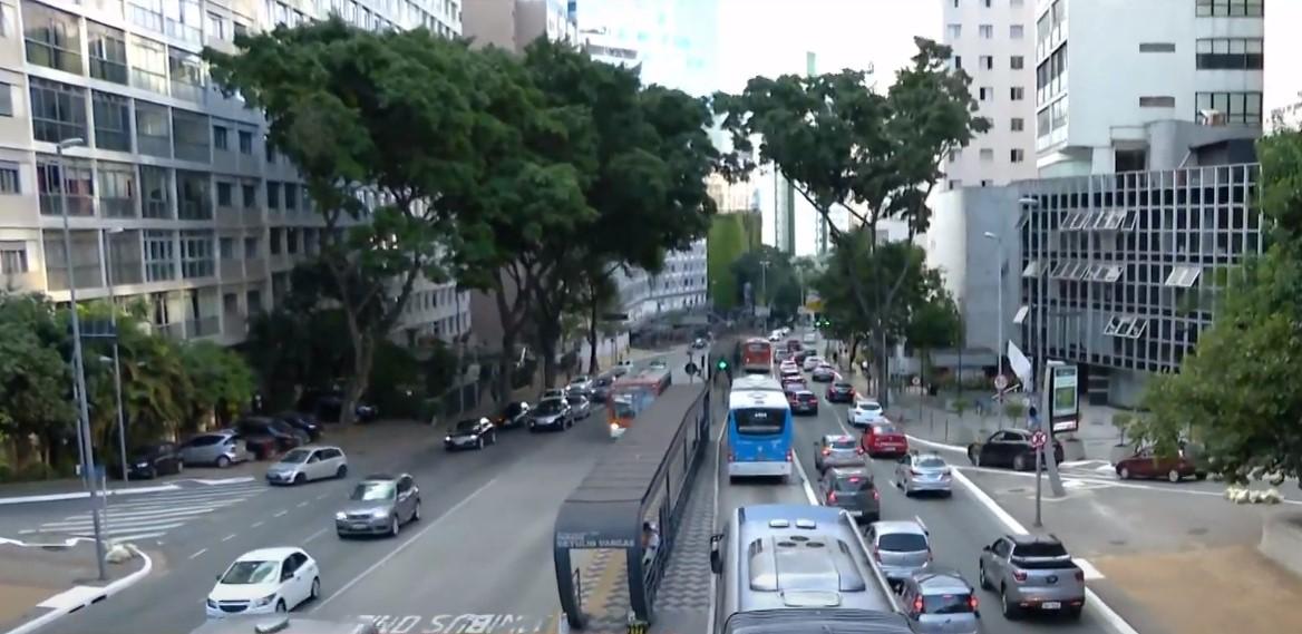 Tráfego de carros na av. Nove de Julho, em SP, durante quarentena