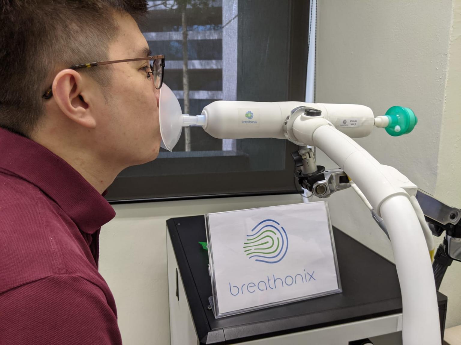 Homem realiza teste do bafômetro para detecção de Covid-19