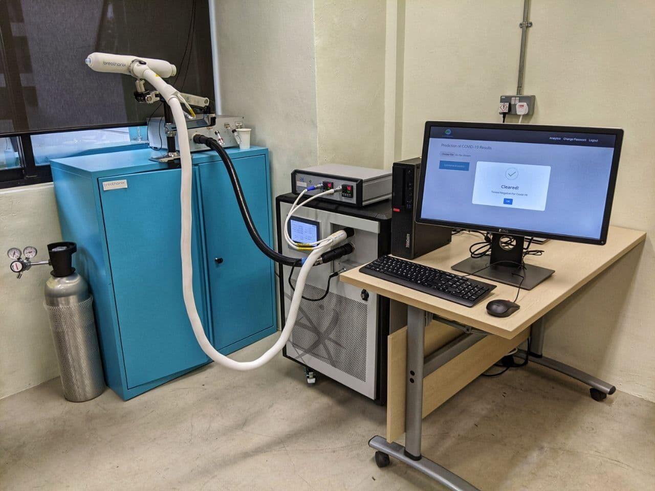 Máquina que realiza o teste do bafômetro para detecção da Covid-19
