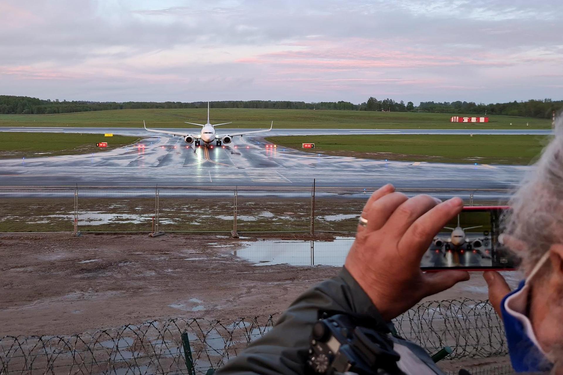 Avião da Ryanair forçado a pousar em Belarus é observado ao chegar na Lituânia
