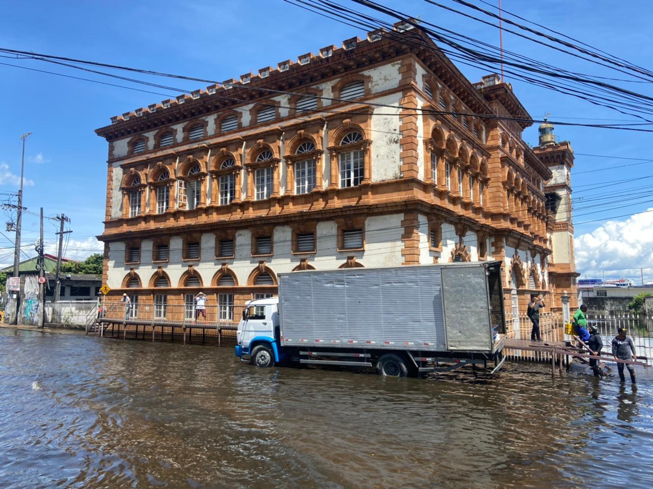 Tombado como patrimônio histórico, prédio da alfândega foi tomado pela água