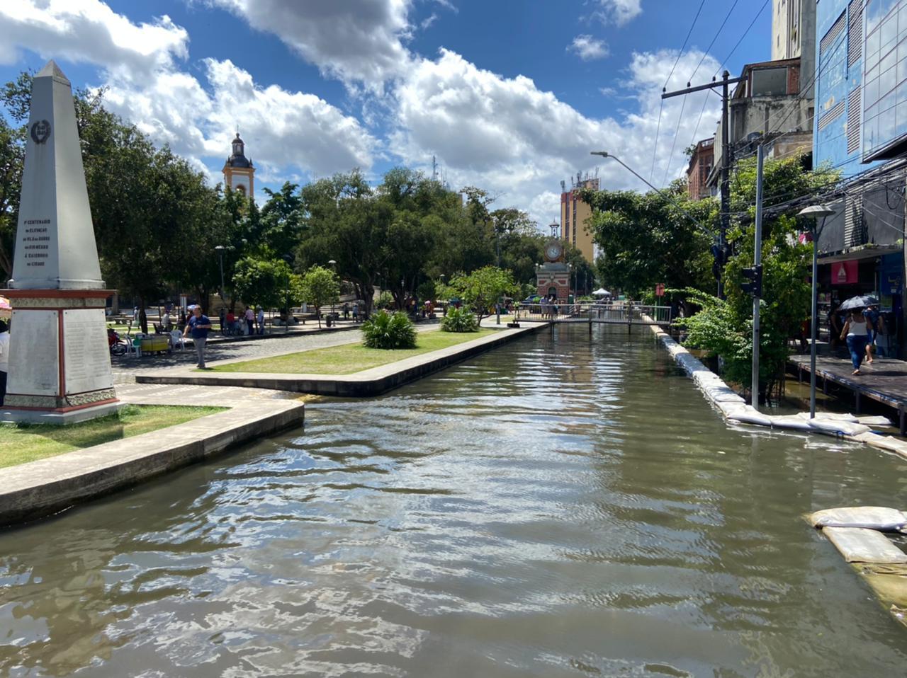 Prédios de Manaus foram tomados pelas águas por conta da cheia do Rio Negro