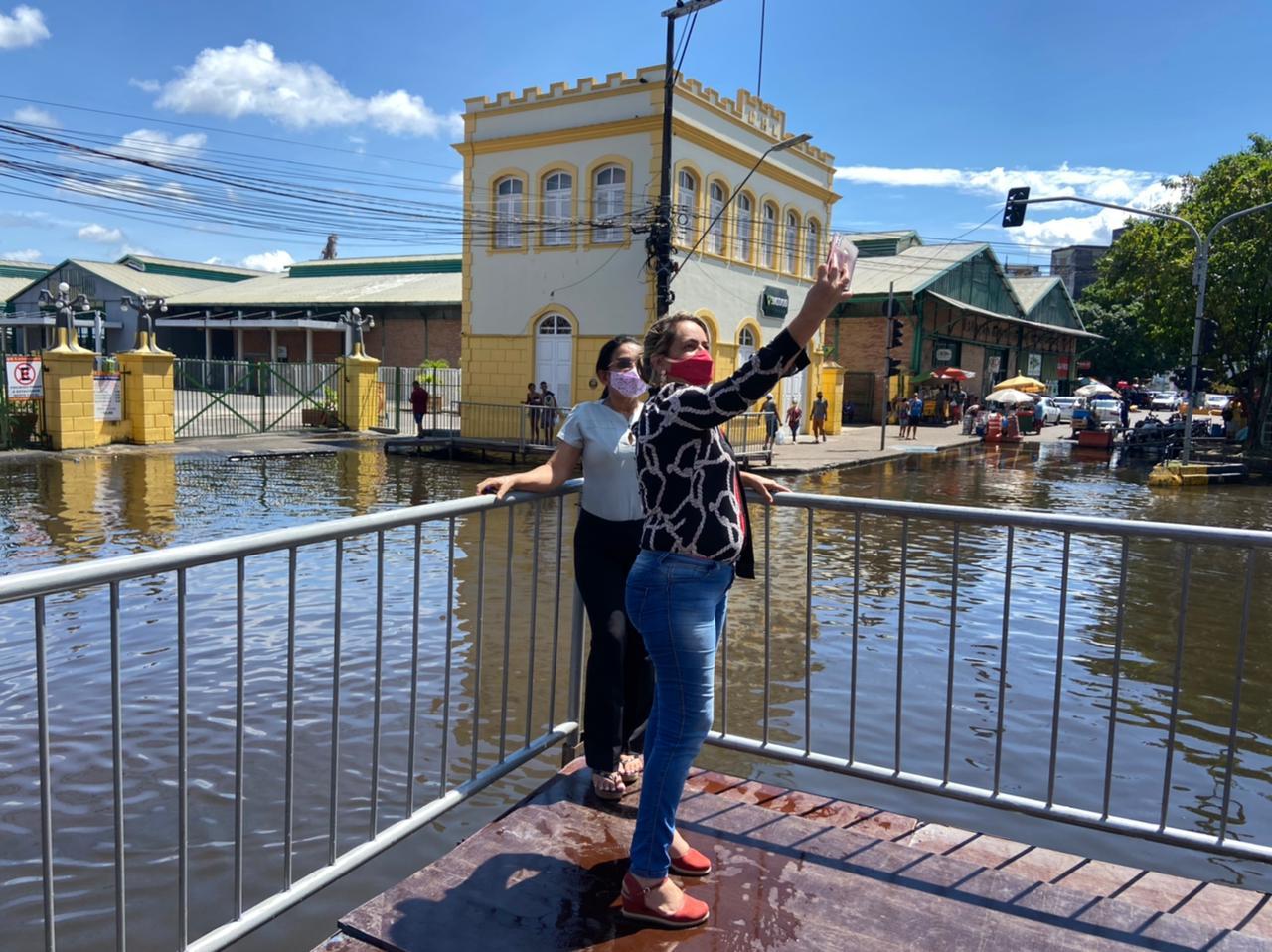 Cheia transformou-se em ponto turístico na capital do Amazonas