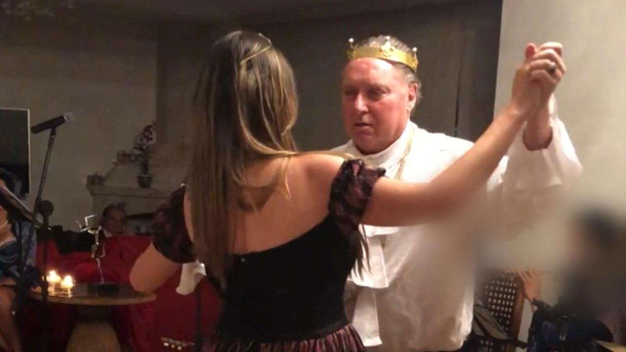 Saul Klein dançando com menina