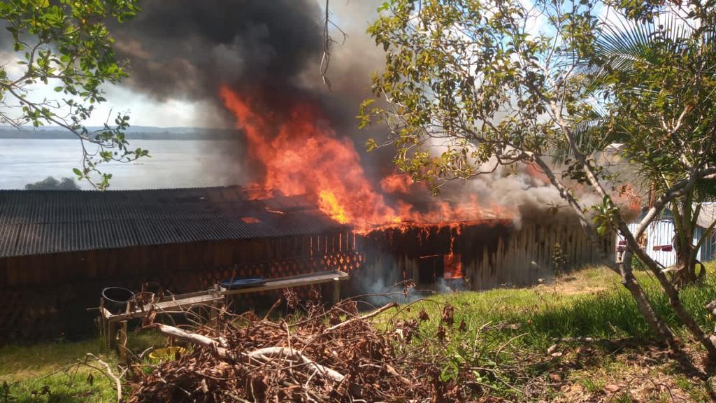 Casas queimam na terra indígena Munduruku, em Jacareacanga, Pará