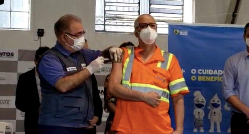 Ministro Marcelo Queiroga aplica vacina em funcionário do Porto de Santos