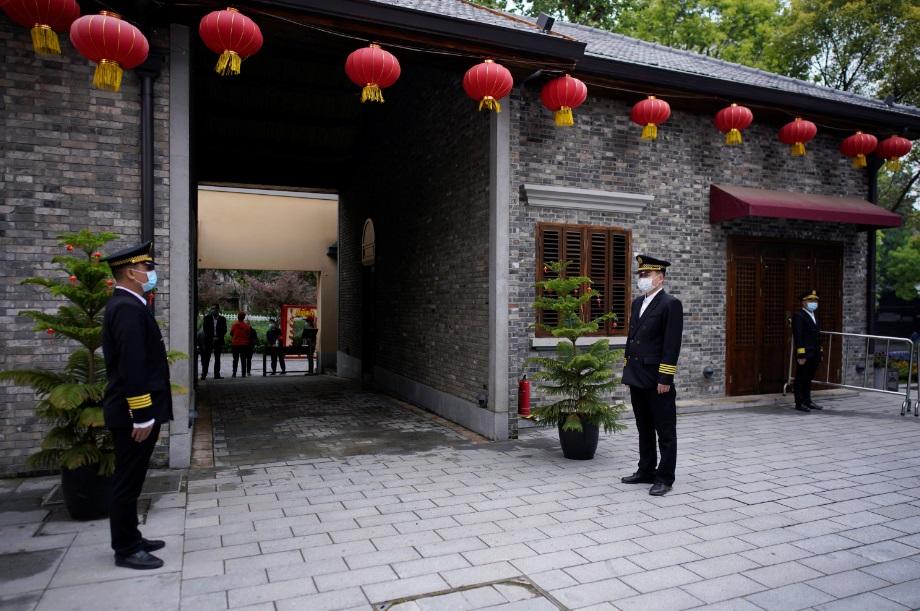 Guardas com máscaras de proteção em Wuhan