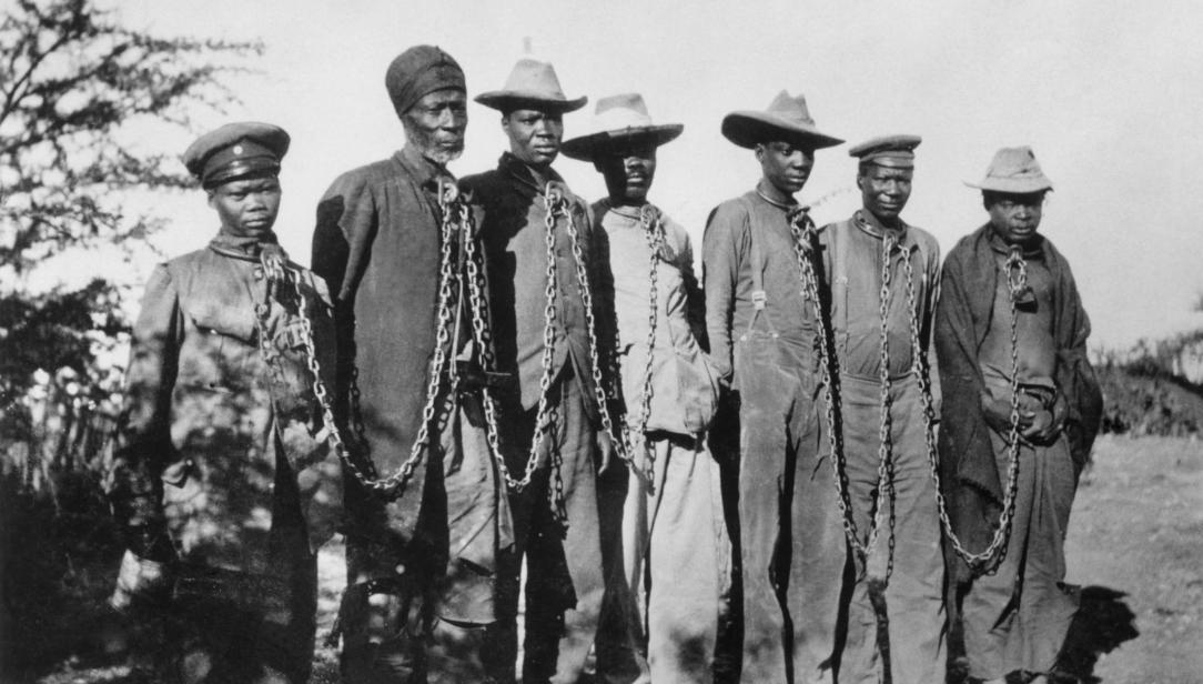 Rebeldes do povo Herero reféns de soldados alemães