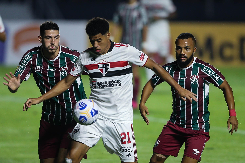 Gabriel Sara, do São Paulo, em lance com jogadores do Fluminense