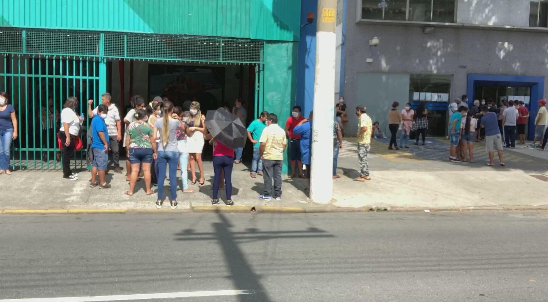 Por auxílio emergencial, agência da Caixa em São Paulo tem fila e aglomeração