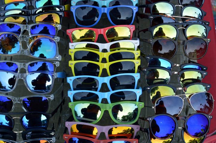 Óculos de sol são expostos por vendedor ambulante (imagem de arquivo)