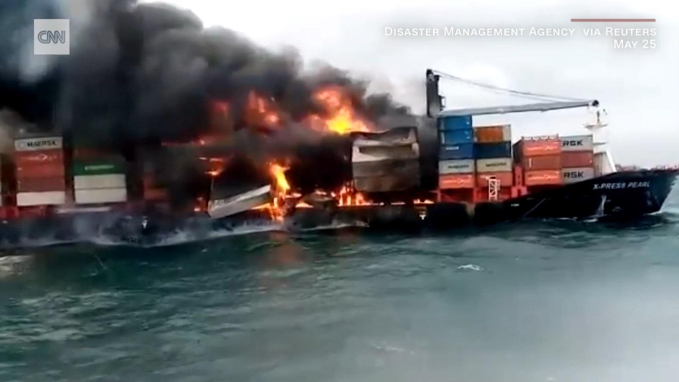 Navio de contâiners em chamas na costa do Sri Lanka (02 de junho de 2021)