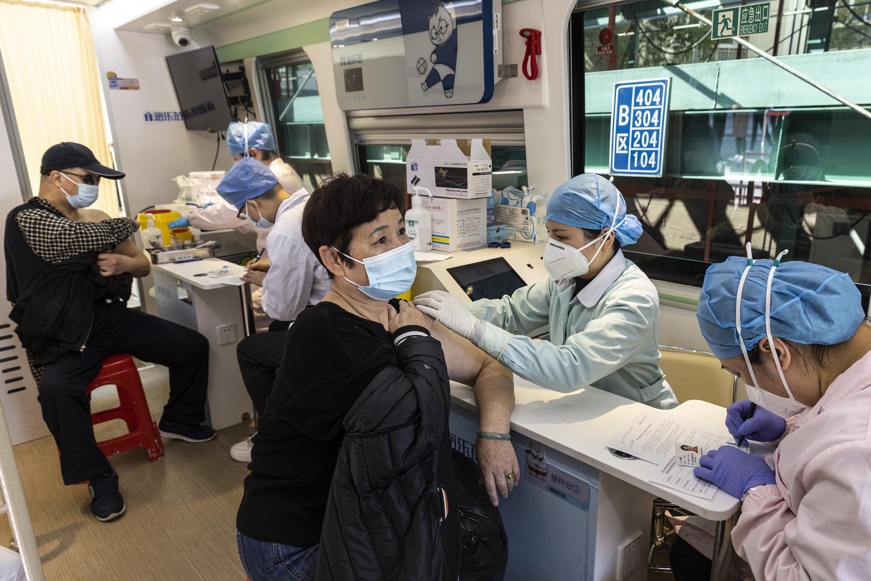 Moradores de Wuhan, na China, são vacinados contra a Covid-19