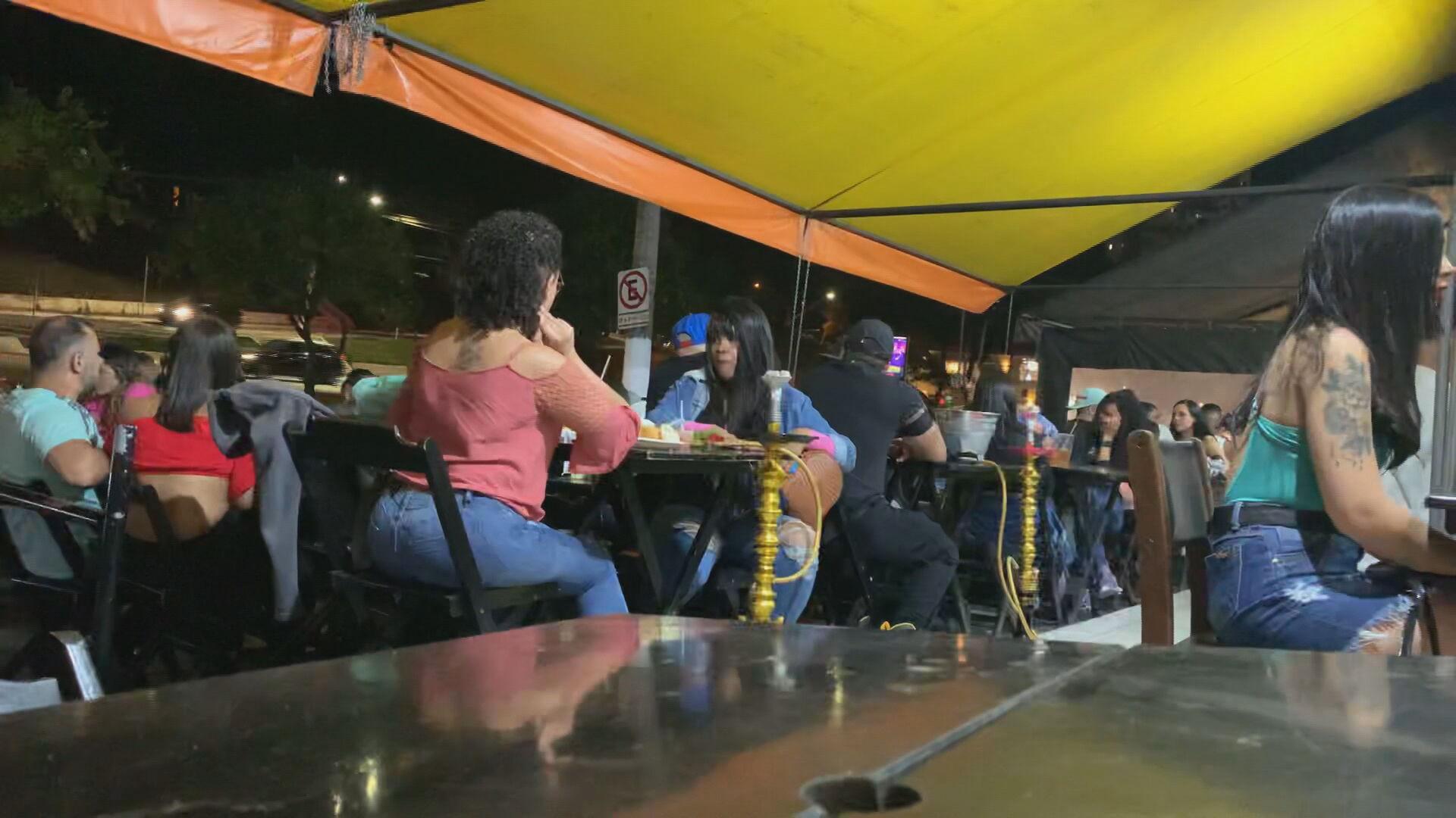 Restaurantes ignoram distanciamento de mesas e lotação em São Paulo (05.jun.2021