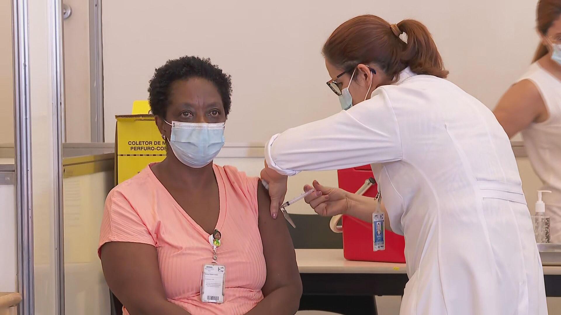 Rio de Janeiro vacina pessoas com 57 anos nesta segunda (7)