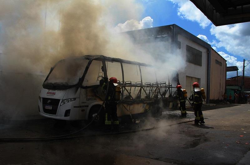 Ônibus incendiado em Manaus, no Amazonas