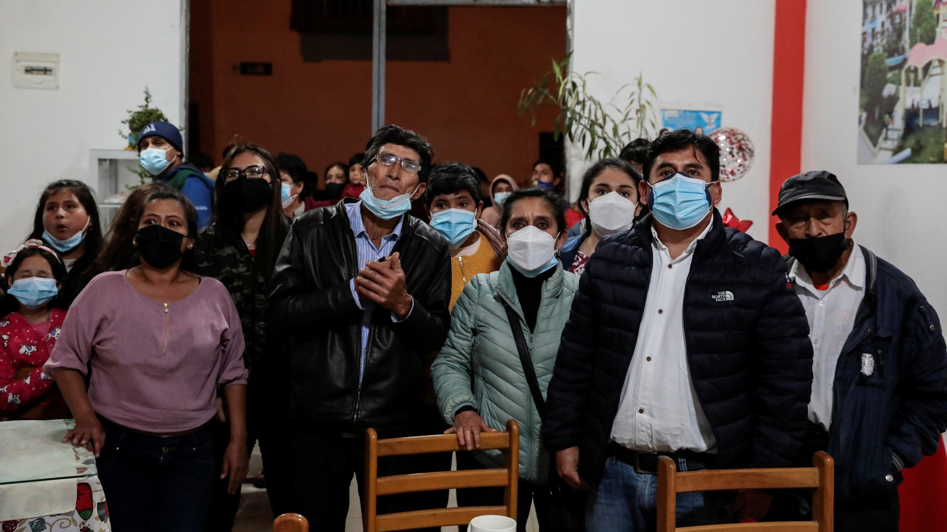 Apoiadores de Pedro Castillo acompanham divulgação de resultados no Peru