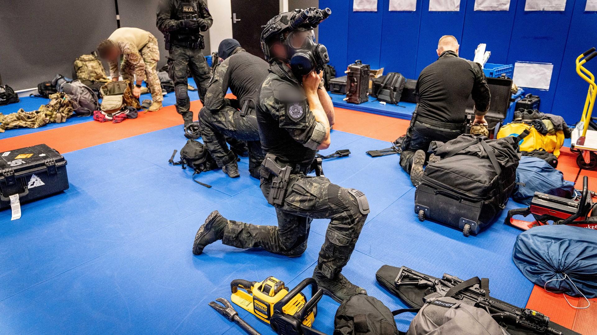 Polícia federal da Austrália durante operação em conjunto com o FBI