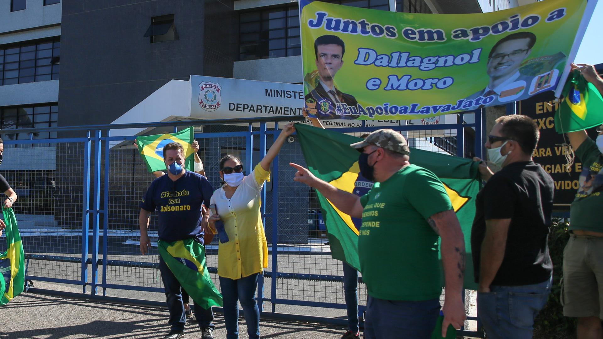 Manifestantes pró Moro e pró Bolsonaro manifestam em frente à PD de Curitiba.