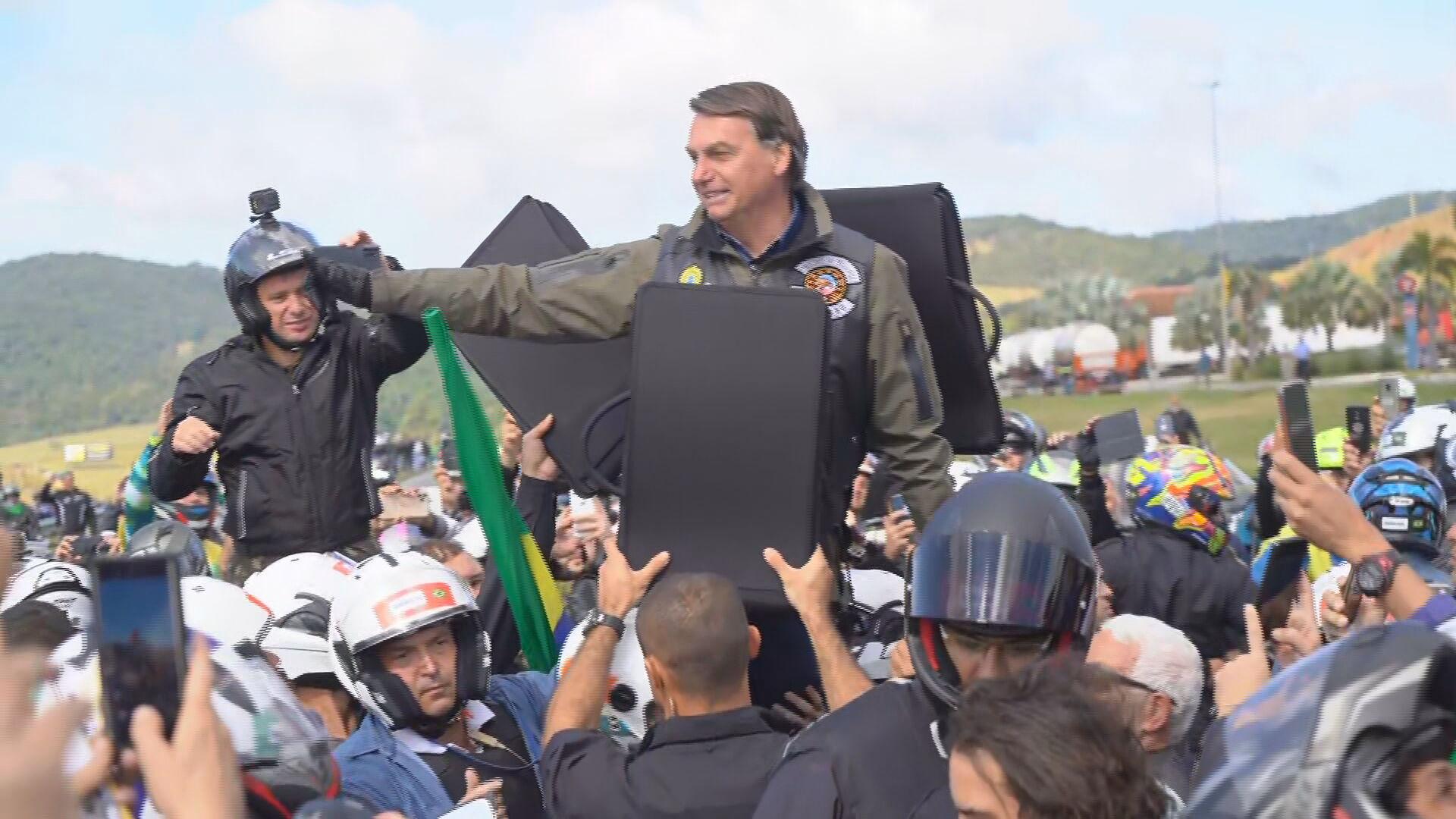Bolsonaro com motoqueiros em manifestação (12-06-2021)