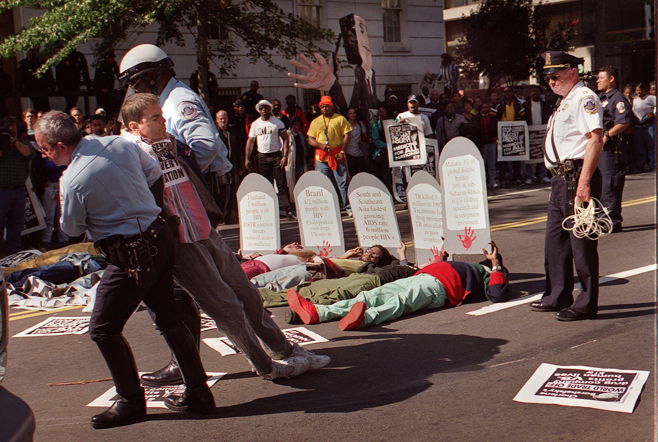 Mark Milano é preso em protesto contra mortes por HIV, em 1994