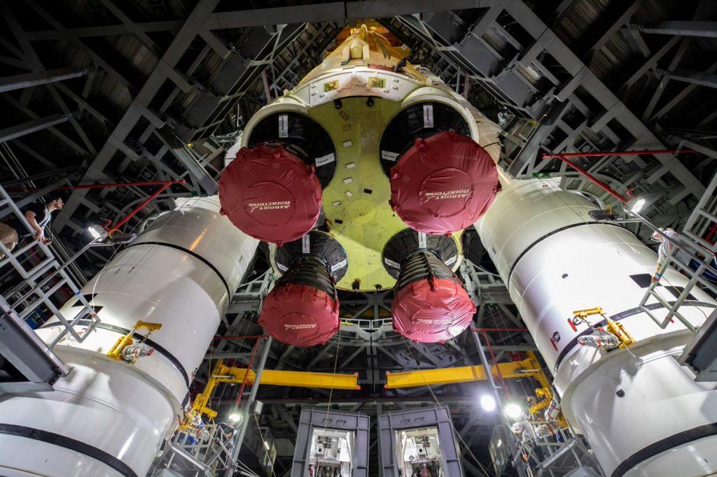 Segmento central do foguete SLS da Nasa é colocado sobre propulsores