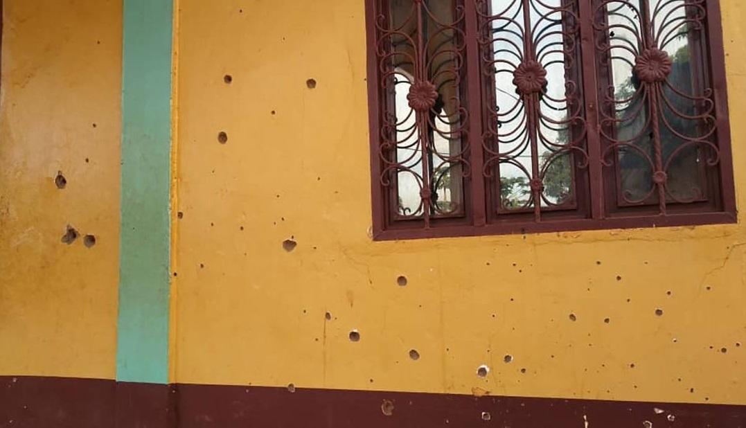 Buracos de bala na mesquita al Taqwa em Bambari, República Centro-Africana, em f