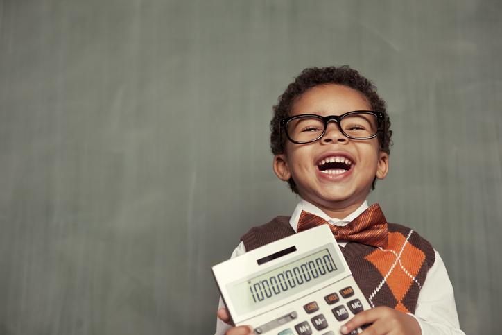Garoto de óculos segurando calculadora