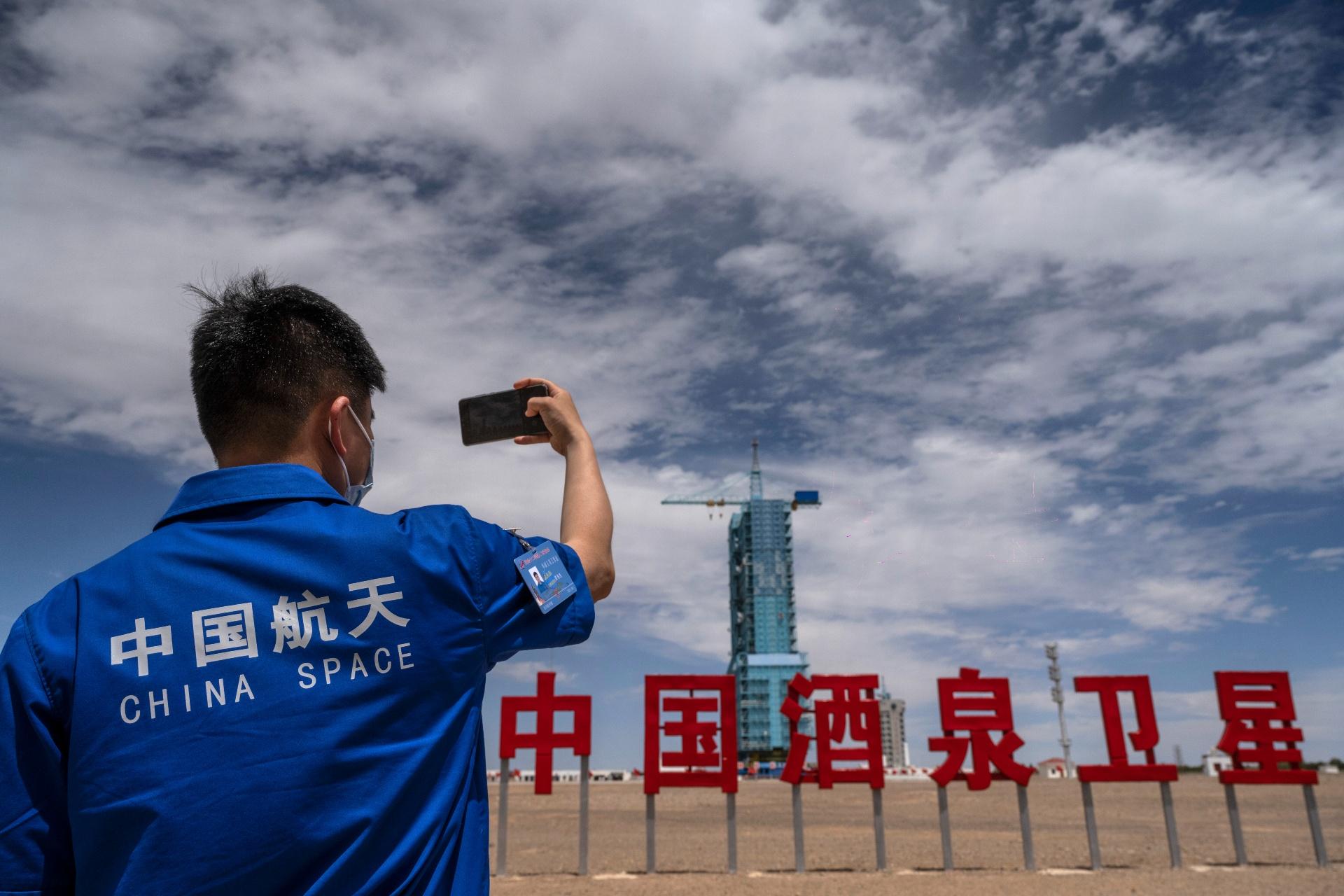 Funcionário fotografa a plataforma de lançamento da nave chinesa Shenzhou-12