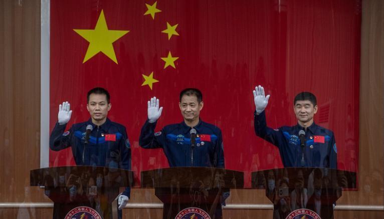 Astronautas de missão espacial da China