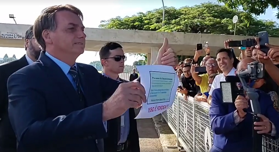 Presidente Jair Bolsonaro na saída do Palácio da Alvorada