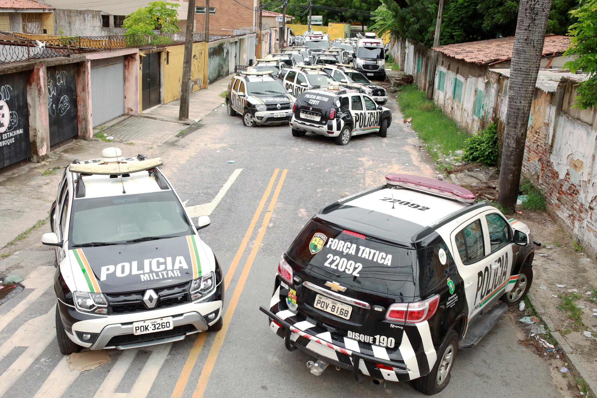 Viaturas da Polícia Militar do Ceará em frente a batalhão durante greve