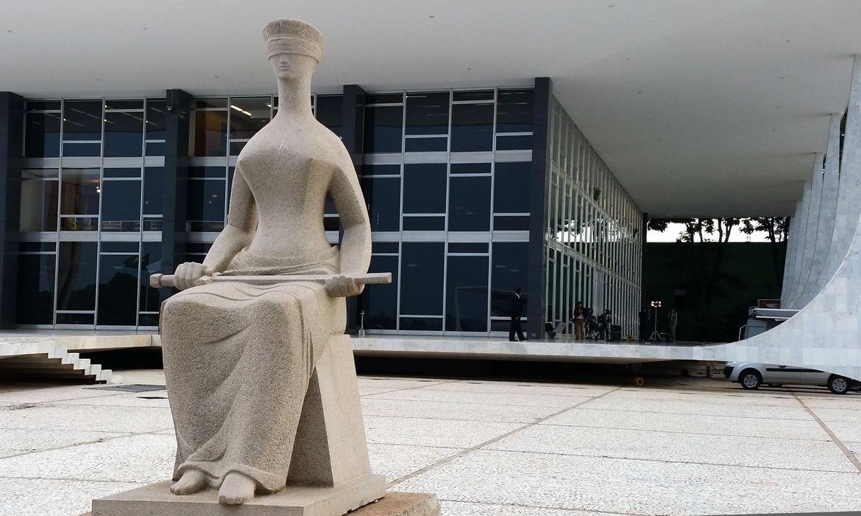 Estátua da Justiça em frente ao prédio do STF em Brasília