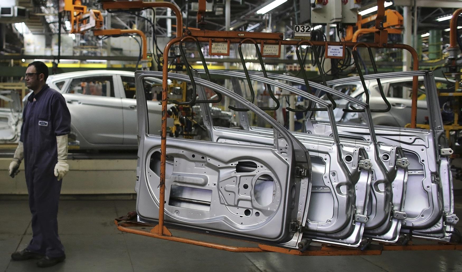 Operário trabalha em montadora; indústria automotiva; carros; veículos