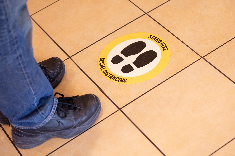Adesivo de distanciamento para lanchonetes do McDonald's nos Estados Unidos
